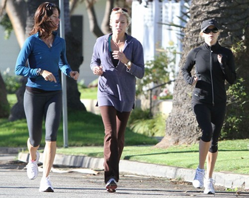 Reese Witherspoon Loses Baby Weight By Jogging With Friends