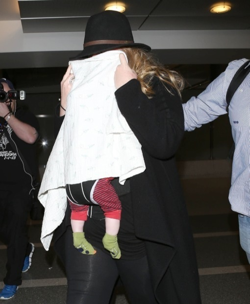 Adele & Family Discreetly Leave Los Angeles