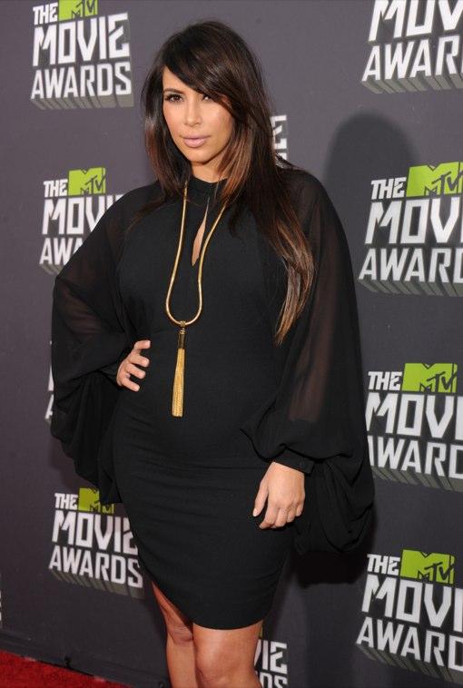 Kim Kardashian Bumps The Red Carpet Of The MTV Movie Awards