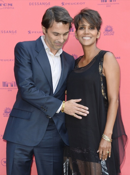 Olivier Martinez Cups Halle Berry's Bump on the Red Carpet