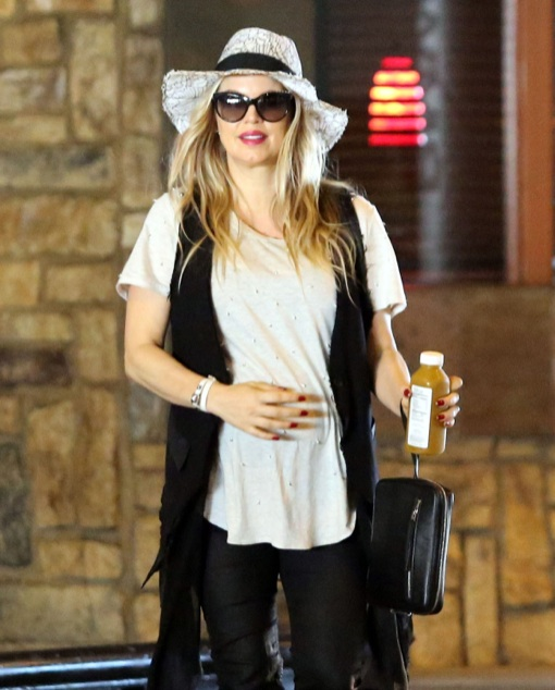 Pregnant Fergie Out For Lunch At The Beverly Center