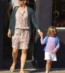 Jennifer Garner Takes Her Girls Shopping In Venice