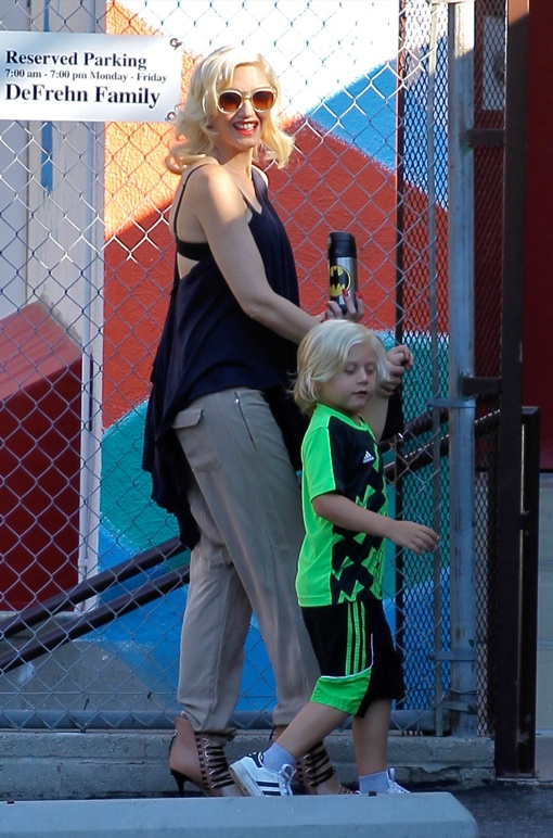 Pregnant Gwen Stefani Drops Zuma Off At School