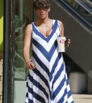 Pregnant Halle Berry Stops For A Smoothie