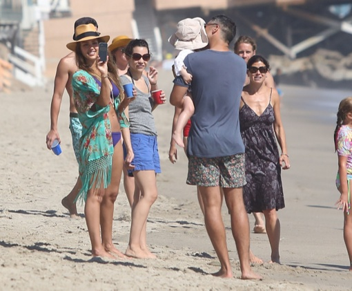 Jessica alba spends labor day weekend in malibu with her for Jessica alba beach pictures