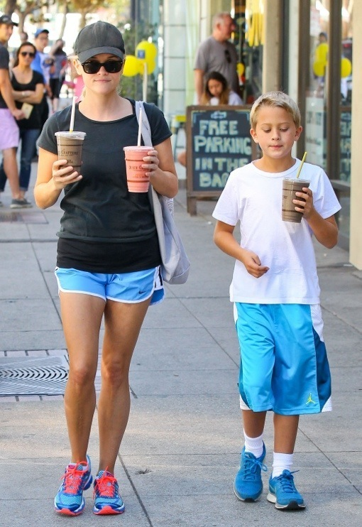 Reese Witherspoon: Smoothie Pick-Up With Deacon