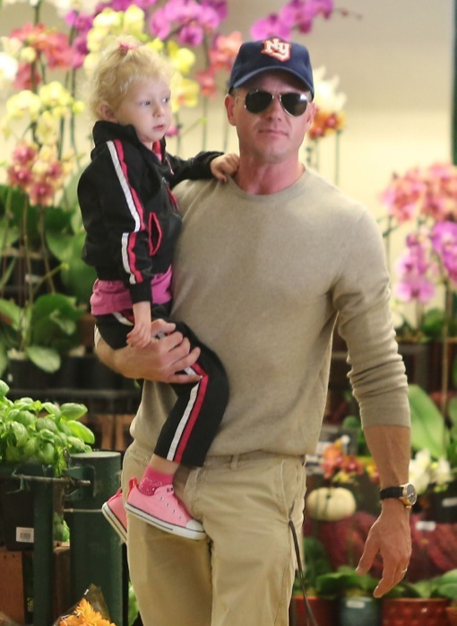 Eric Dane: Sunday Grocery Shopping With His Girls