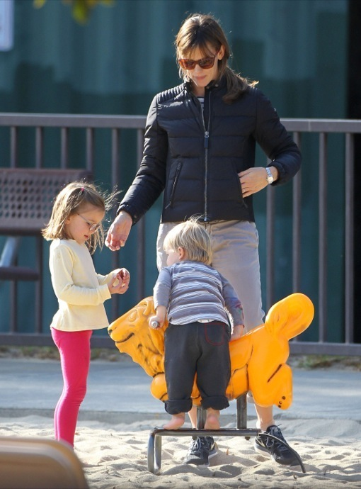 Semi-Exclusive... Jennifer Garner Takes Her Kids To The Park