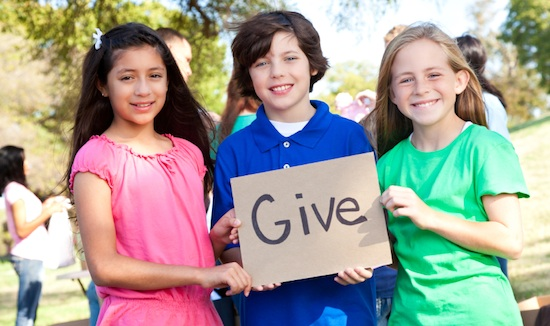 kids-volunteer-give