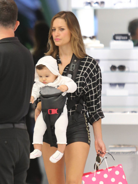 Lola Ponce Spotted Doing Some Fun Shopping with Daughter in Miami! (PHOTO)
