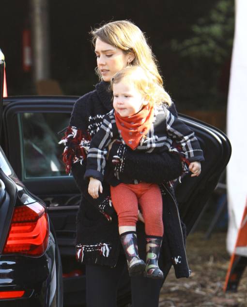 Jessica Alba Takes Her Girls Shopping For Christmas Decorations