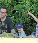 Tom Arnold & Family Spend Christmas Day On The Beach