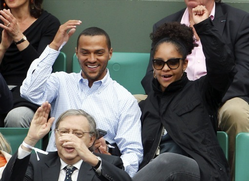 Jesse Williams & His Girlfriend Take In Some Tennis!