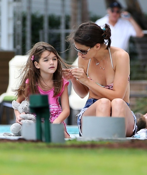 Katie Holmes & Suri Celebrate New Year's By The Pool
