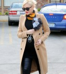 Pregnant Gwen Stefani Stops By An Acupuncture Studio