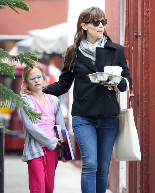 Jennifer Garner Visits The Country Mart With Violet
