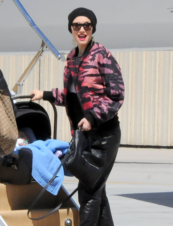 Gwen Stefani And Family Boarding A Private Jet