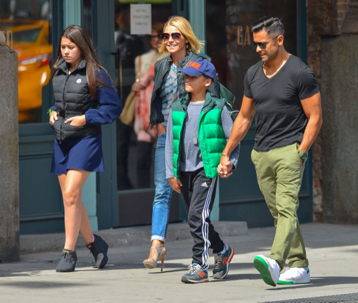 Kelly Ripa Lunches With Family