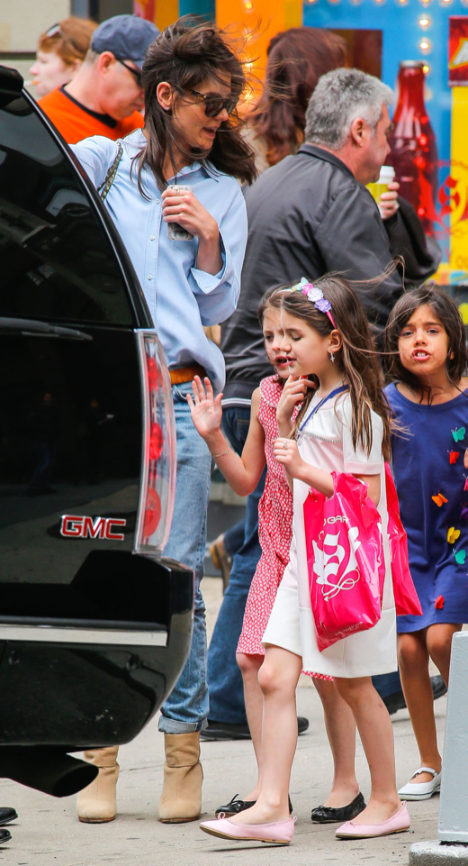 Katie Holmes Take Suri And Friends To A Candy Store