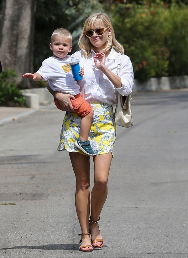 Reese Witherspoon and Her Adorable Son Tennessee Head To Baby Class (Photos)
