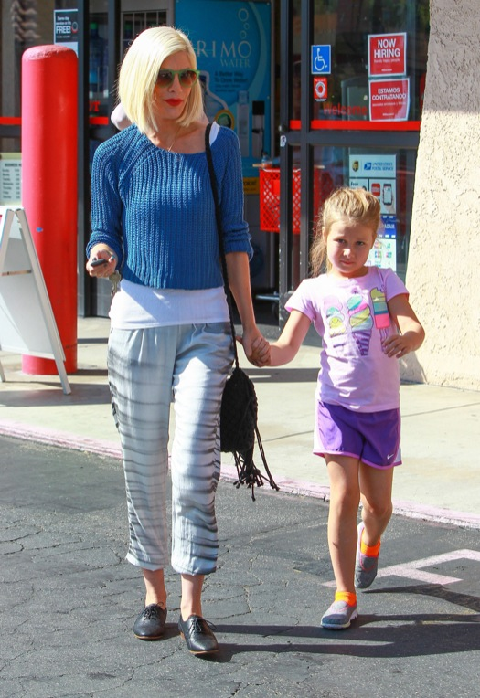 Tori Spelling & Daughter Stella Shopping At Office Depot