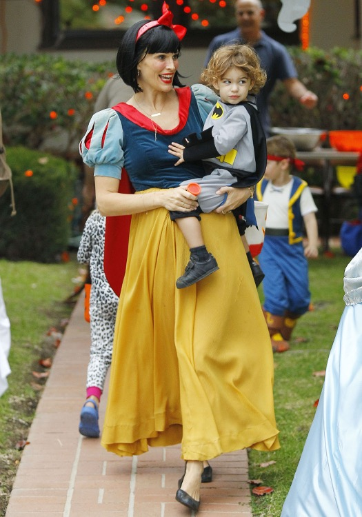 Pregnant Molly Sims Dresses as Snow White For Halloween