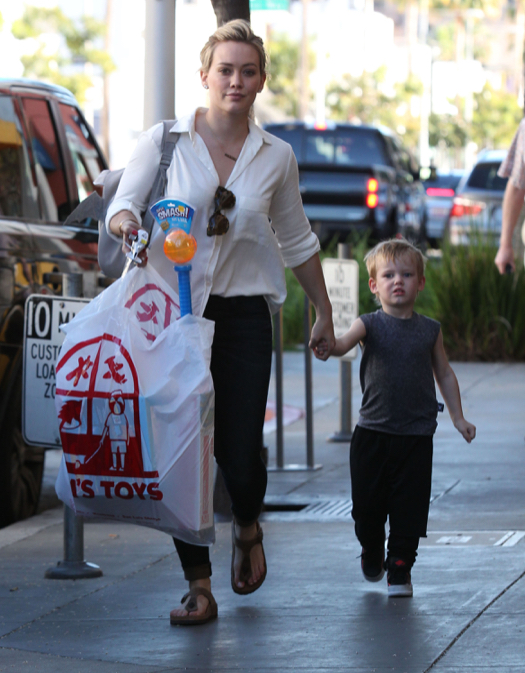 Hilary Duff Take Luca Shopping For Toys