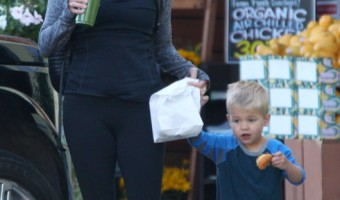 Exclusive... Reese Witherspoon & Tennessee Pick Up Breakfast