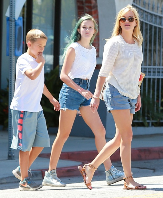 Reese Witherspoon & Kids Getting Lunch In Brentwodo