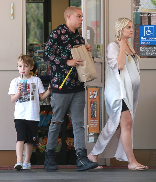 Exclusive... Pregnant Ashlee Simpson & Family Stop For Snacks At A Gas Station