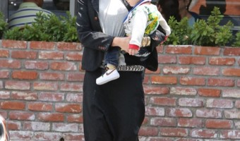 Exclusive... 51753425 Singer and busy mom Gwen Stefani enjoys lunch with her husband Gavin Rossdale and their three sons Kingston, Zuma, and Apollo at the Beverly Glen Market in Los Angeles, California on May 24, 2015. Gwen has been busy as of late planning a summer tour with her band, No Doubt. FameFlynet, Inc - Beverly Hills, CA, USA - +1 (818) 307-4813