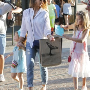 Jessica Alba Takes Her Daughters Shopping At The Grove