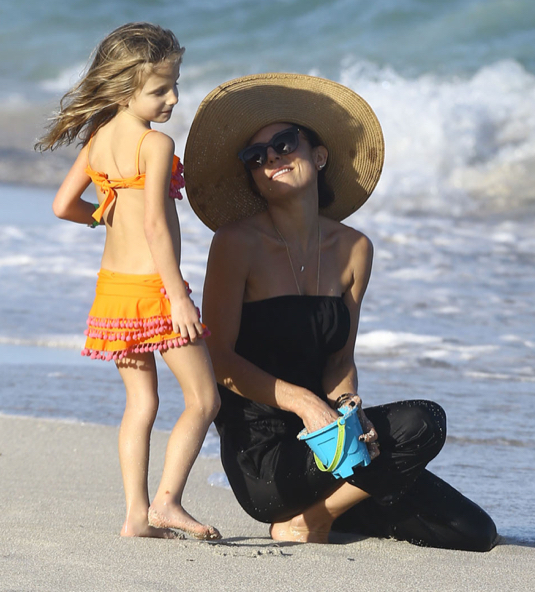 Bethenny Frankel & Daughter Enjoy A Day On The Beach