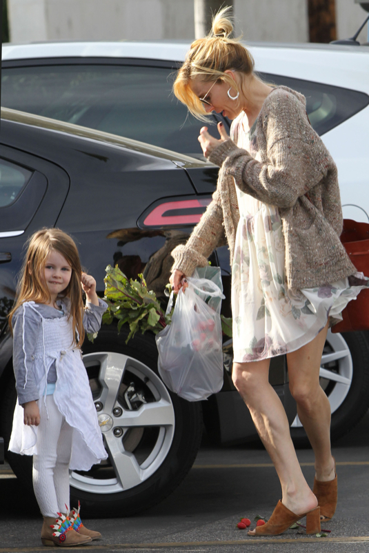 sienna miller amp marlowe head to the farmers market