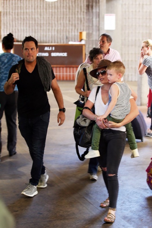 Luca Comrie Pictures Hilary Duff Gets Lunch at Au Fudge With Son ...