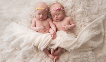How to Breastfeed Twins  - 5 Tips to Success