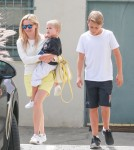 reese-witherspoon-family-karate-shopping6