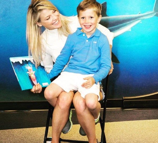 Ali Larter And Hayes MacArthur Volunteer With The Kids At The Aquarium