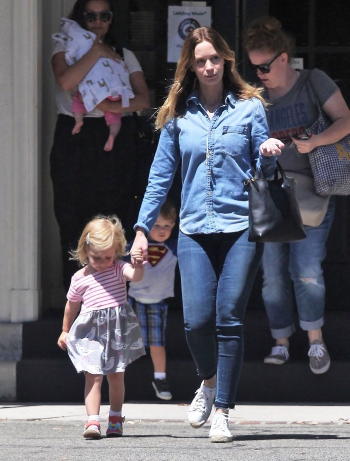 Emily Blunt Daughter Out3 Celeb Baby Laundry