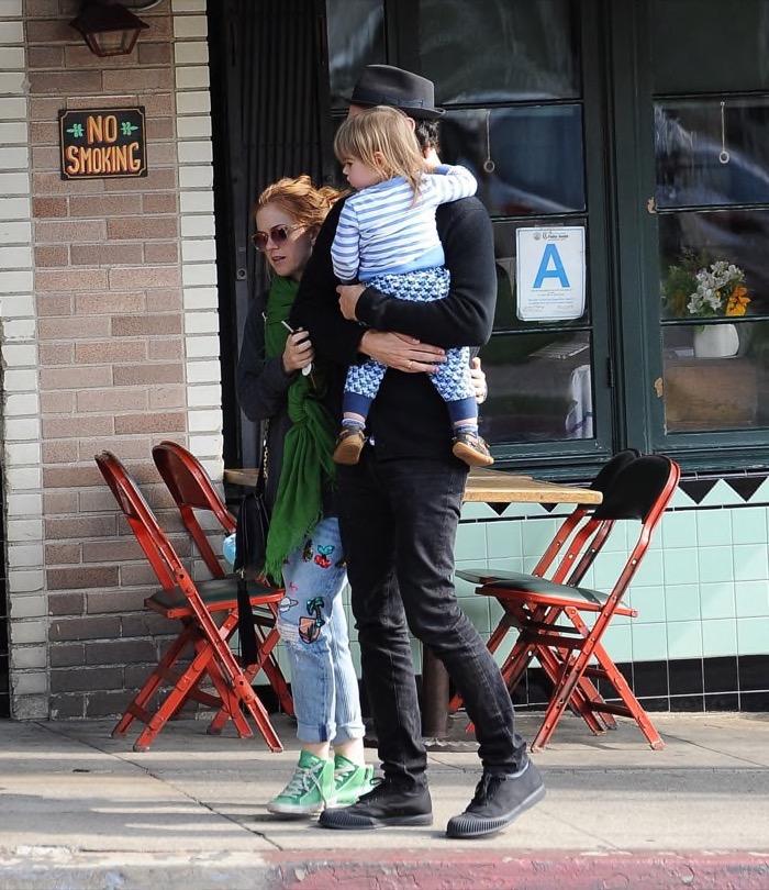 Isla Fisher & Sacha Baron Cohen Stroll With Montgomery ...