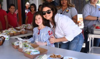 Tiffani Thiessen and Daughter Harper Smith Volunteer at Feeding America's Summer Hunger Awareness Event