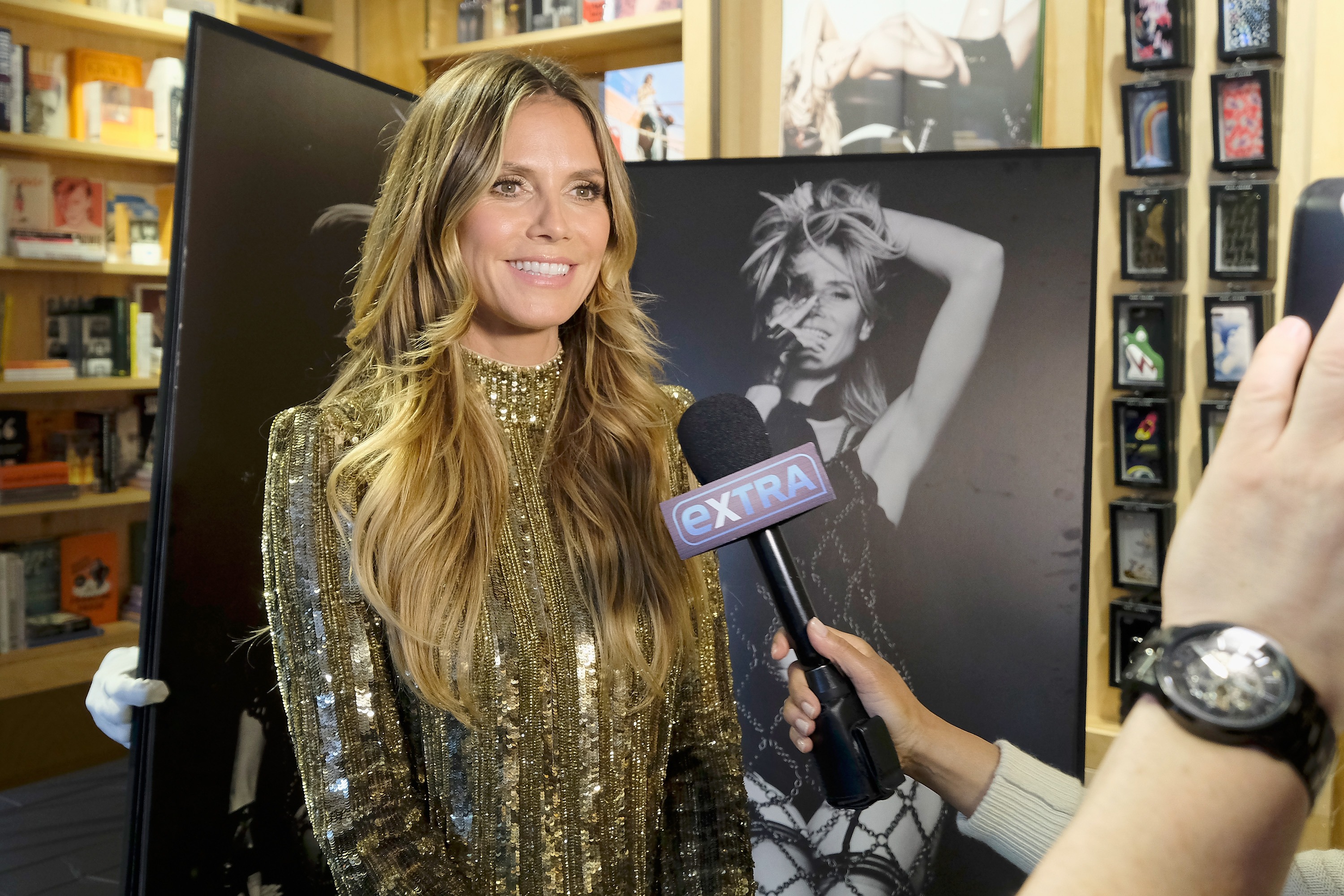Bare chest in the office, Heidi Klum unveils her extra flat stomach