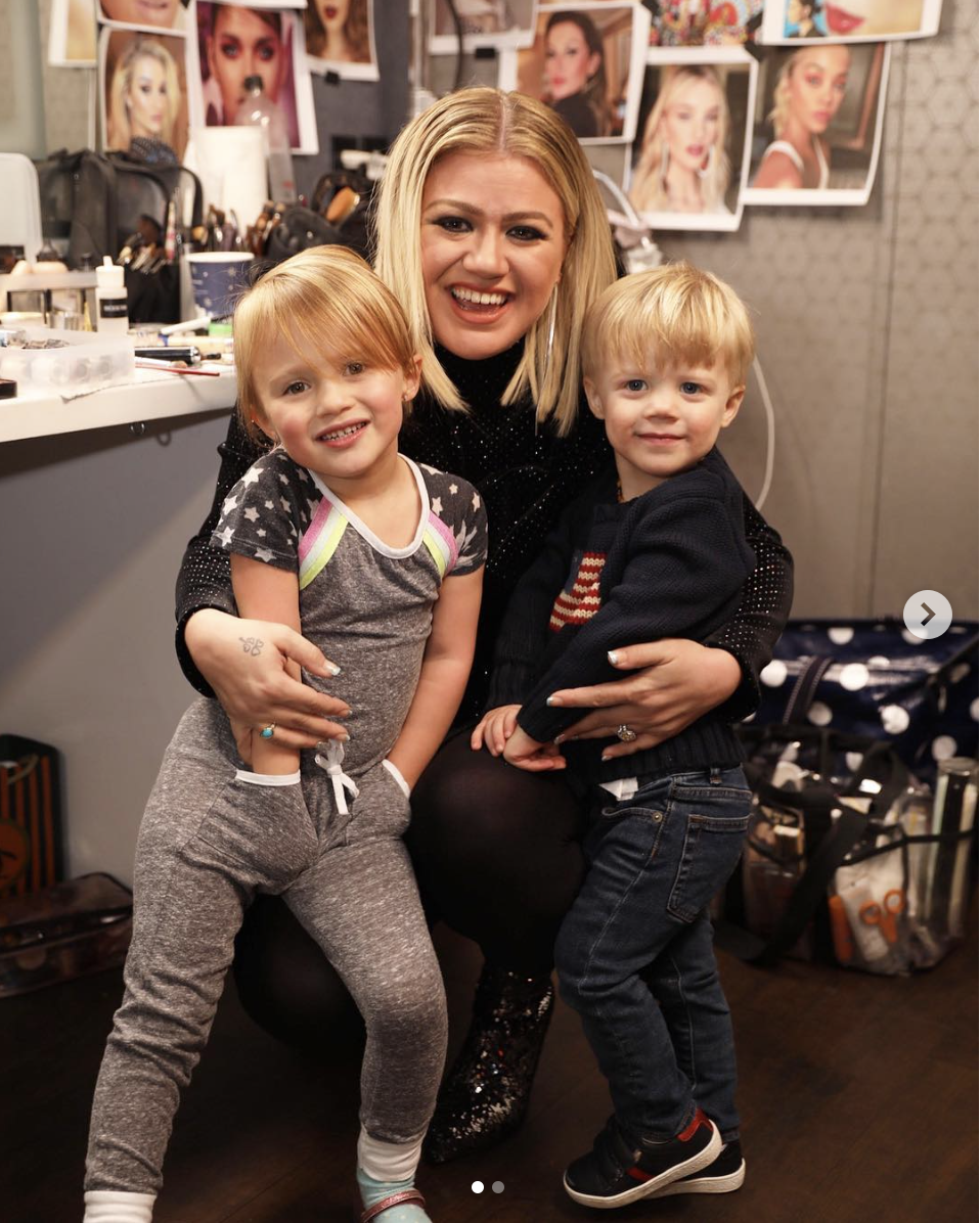 Kelly Clarkson's Children Visit her on Set of The Voice ...